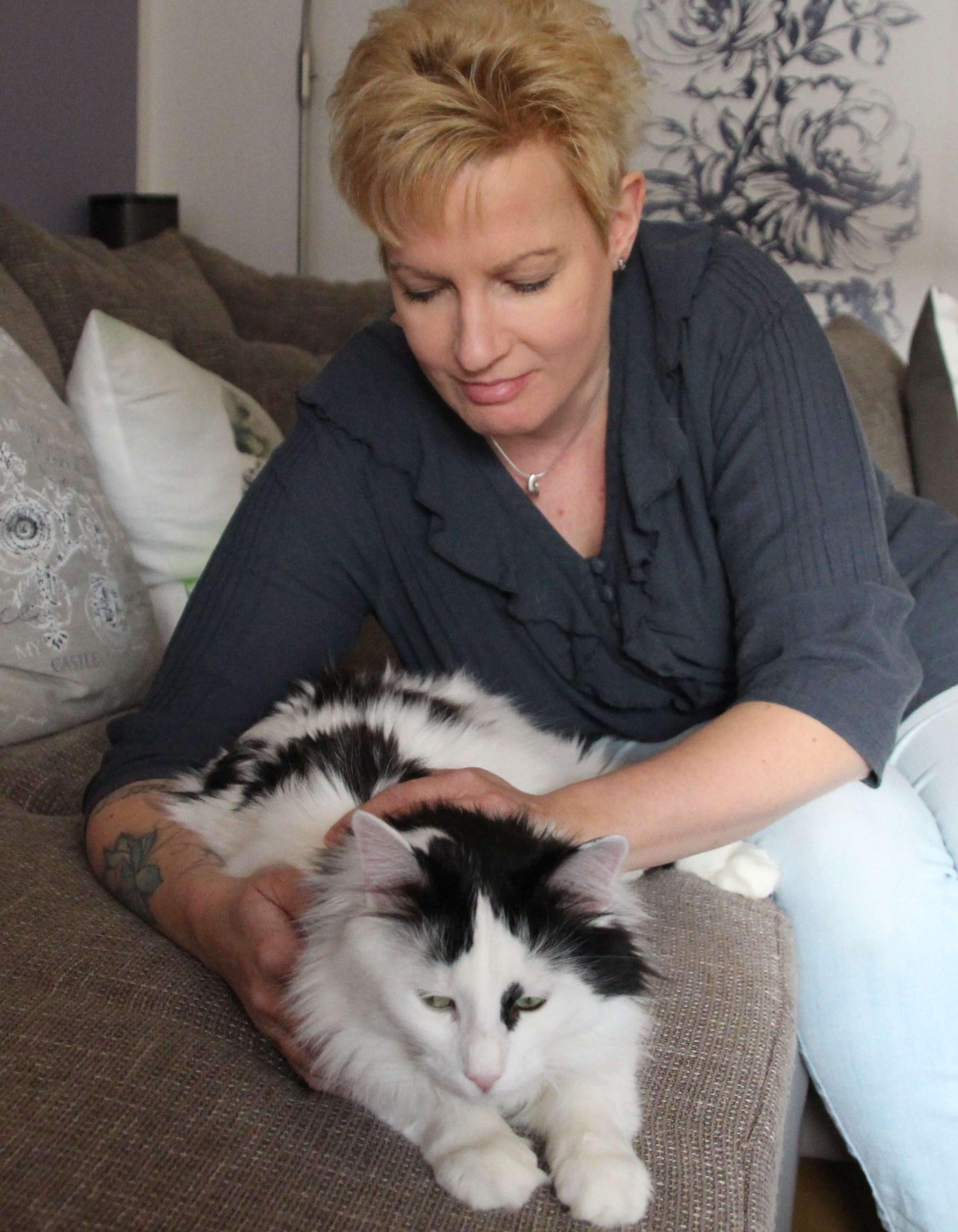 Nicole beim Heilströmen einer Katze