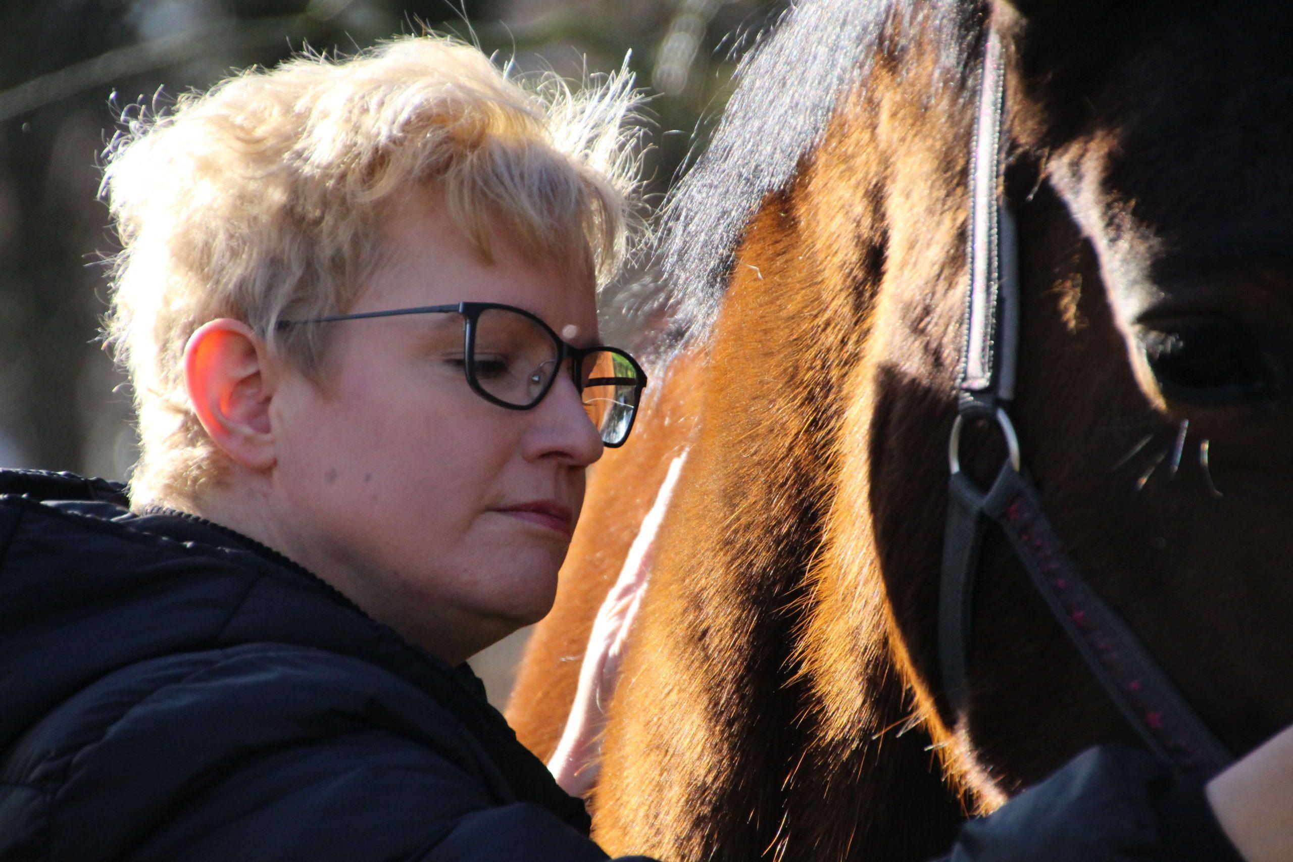 Nicole beim Heilströmen eines Pferdes